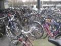 Das typische Fahrradbild vor Münchner U-Bahnen.