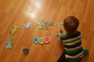konzentriertes-puzzlespiel