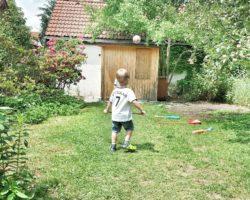 Auch im Garten wird gekickt.