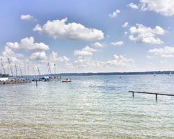 Der Blick über den Starnberger See vom Südbad in Tutzing.