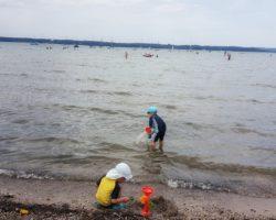Die flachen Einstiege am See sind für Kinder toll.