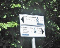 Wegweiser helfen den Wandernden am Staffelsee