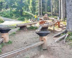 Kühl und leer_die Kugelbahn im Wald beim Abstieg ins Tal.