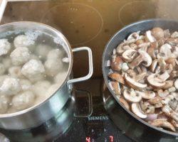 Die Semmelknödelinos mit Pilzrahmsauce sind schnell zubereitet.