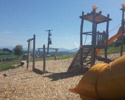 Mit diesem Ausblick haben nicht nur die Kinder am Spielplatz Spaß.