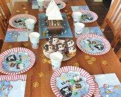 Piratenparty-Deko mit Piratenschiff-Kuchen.