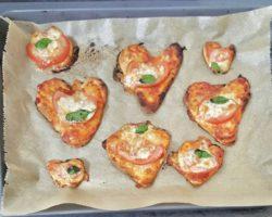 Pizza-Herzen auf dem Blech