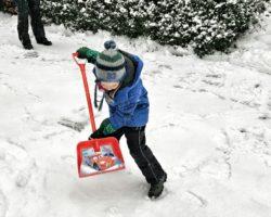 9 Monate Weilheim_Schneeschippen