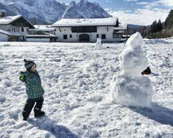 Den Wintertag im Schnee genießen.