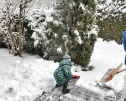 Schneeschippen nach der Ankunft zuhause.