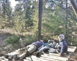 Zeit zum Ausruhen in der Moosliege beim Moorerlebnispfad Stötten am Auerberg