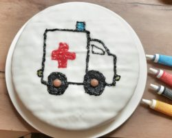 krankenhausparty-krankenwagenkuchen-zuckerstifte-deko