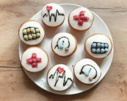 krankenhausparty-muffins-zuckerstifte-deko