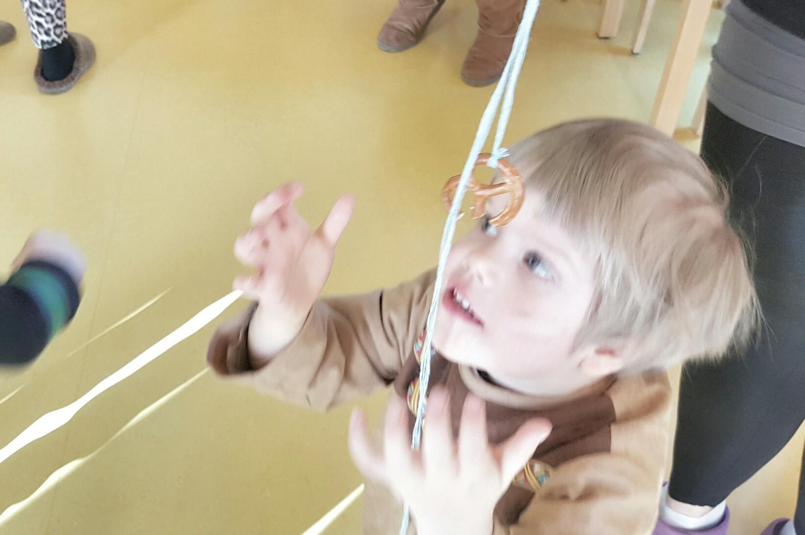 Brezln-Schnappen beim Kinderfasching