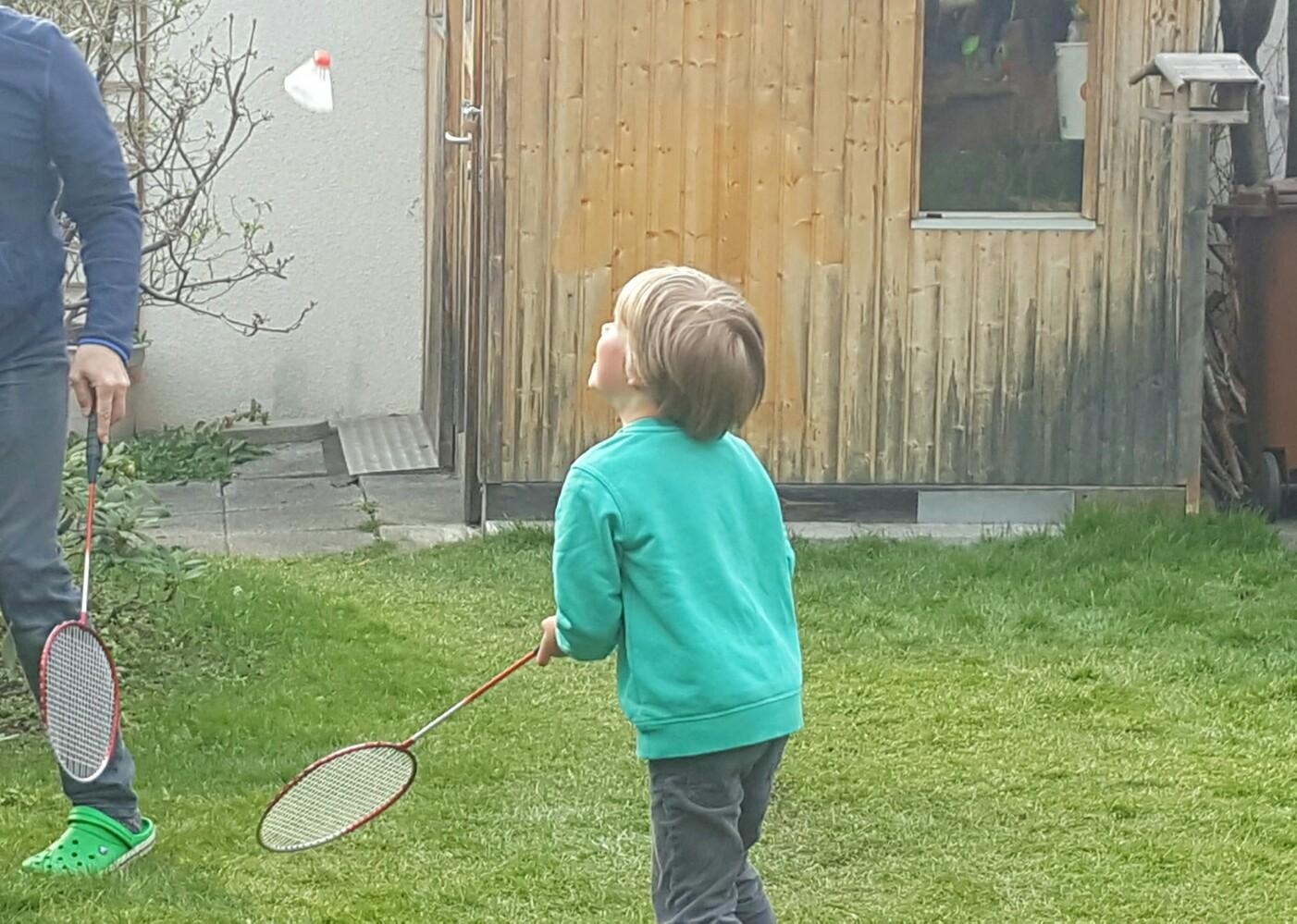 Kinder im Garten spielen lassen