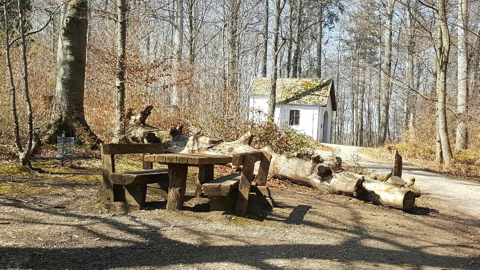Kapelle und Rastplatz beim Burgwaldlehrpfad Dießen