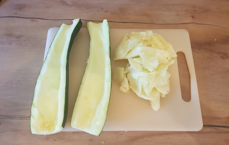 Zucchini-Schiffchen aushöhlen