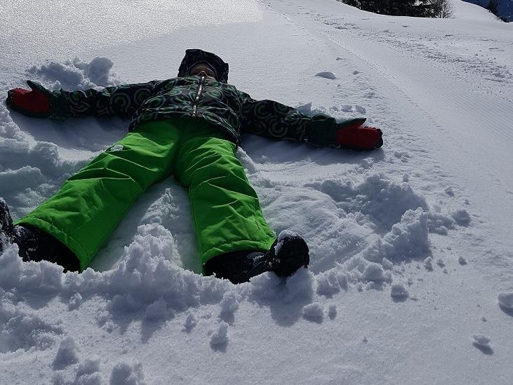 Schnee-Engel beim Ausflug mit Kindern im Winter