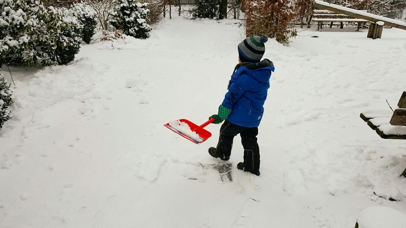 Schneeschippen mit Kindern