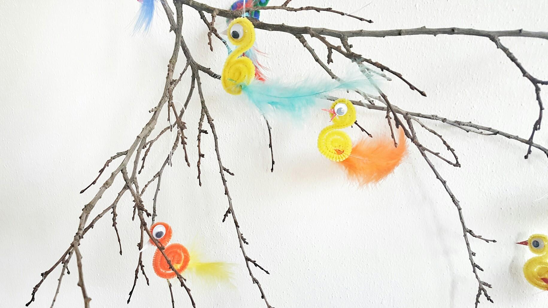 Strauch mit Vögeln dekoriert