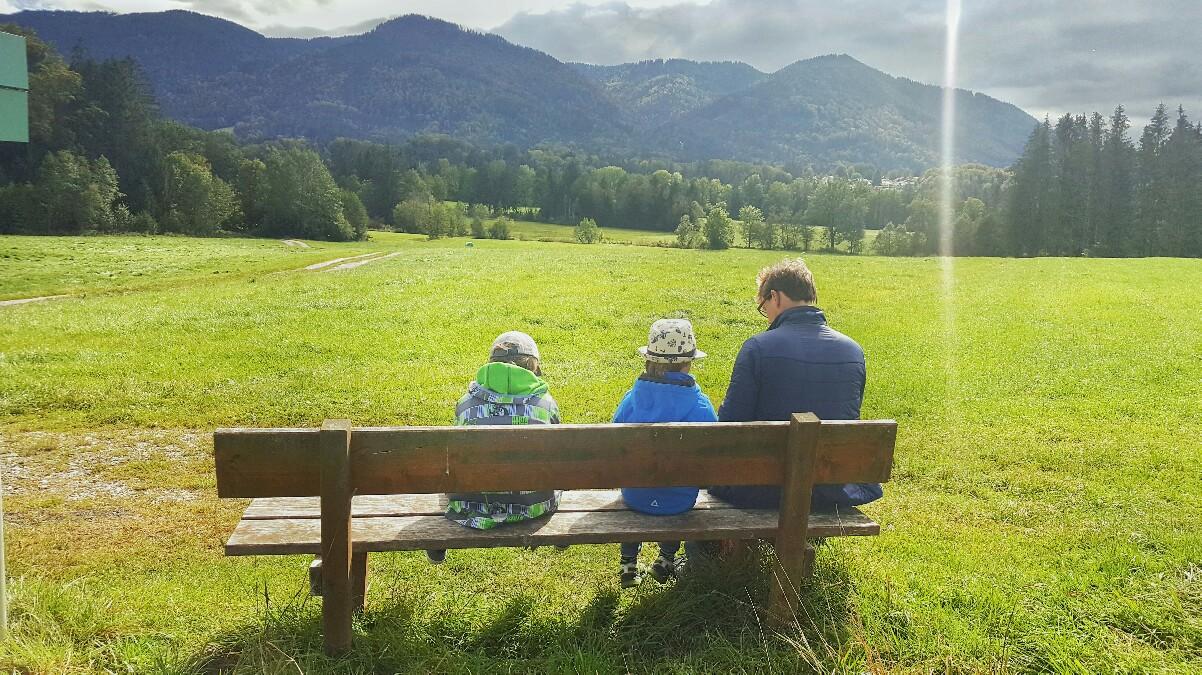 Pause bei der Wanderung mit Kindern